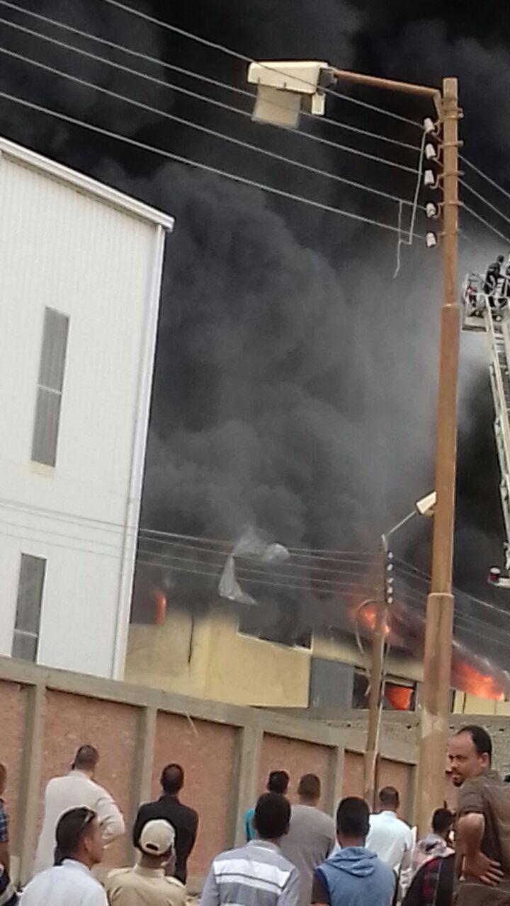 حريق هائل بمصانع «الهلال والنجمة» بسوهاج.. وحضور 15 سيارة إطفاء