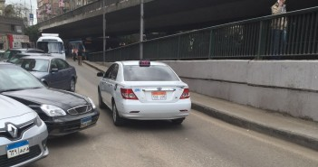 بالصور.. تاكسي أبيض يسير عكس الاتجاه بالزمالك