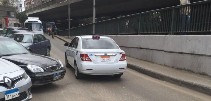 📷| بالصور.. تاكسي أبيض يسير عكس الاتجاه بالزمالك