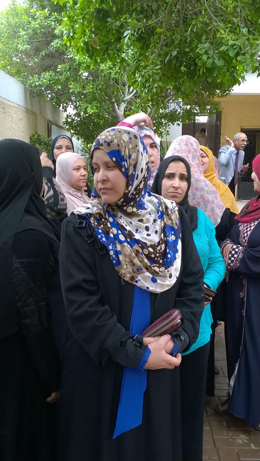 تجمهر أولياء أمور طلاب داخل مدرسة المرج.. وشاهد: مسؤول هددهم بالشرطة