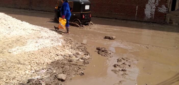 صور| أعمال حفر تكسر مواسير المياه والصرف بأحد شوارع فيصل