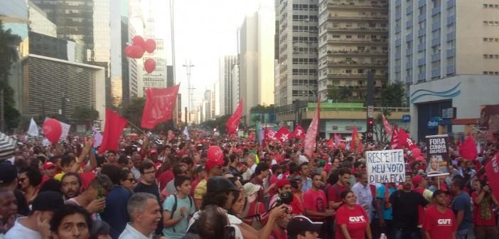 بالصور والفيديو.. مصري يرصد مظاهرات اليسار المؤيدة لرئيسة البرازيل ضد «انقلاب اليمين»