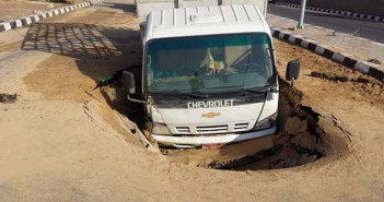 هبوط أرضي يبتلع سيارة بـ«العبور» رغم رصف الطريق منذ شهر فقط