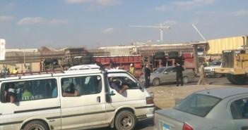 تكدس مروري قرب مدينة الإنتاج الإعلامي بعد انقلاب سيارة نقل