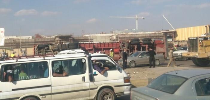 بالصور.. تكدس مروري قرب مدينة الإنتاج الإعلامي بعد انقلاب سيارة نقل