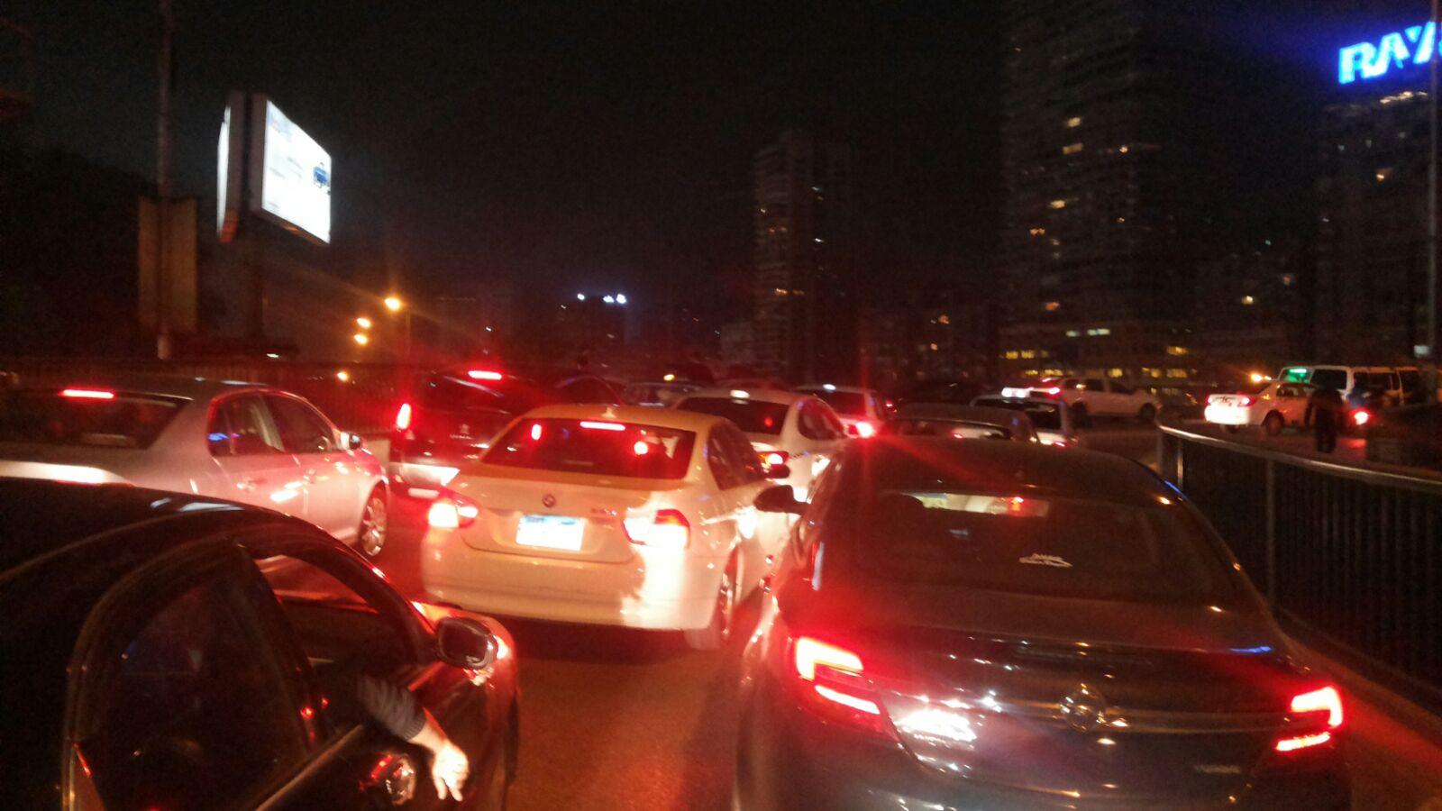 بالصور.. مرور موكب يشُل حركة المرور على كوبري أكتوبر بالزمالك