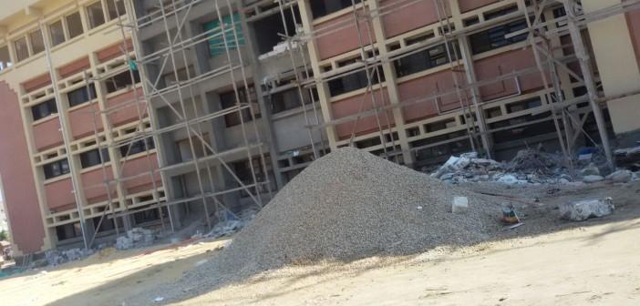 بالصور.. طلاب صيدلة بورسعيد يدرسون بمبنى عَ المحارة.. وثلثهم «راسب لايحة»