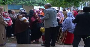 .. تجمع أولياء أمور طلاب داخل مدرسة المرج.. وشاهد: مسؤول هددهم بالشرطة