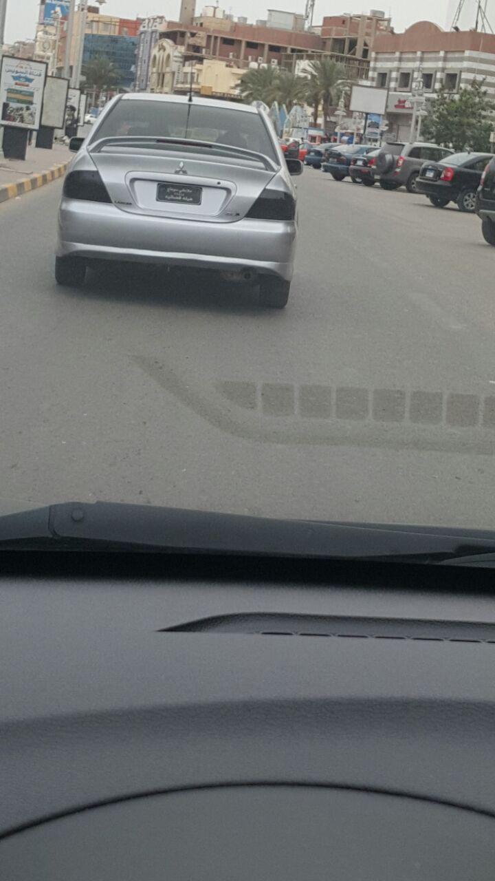 لوحات معدنية مخالفة على سيارة بالغردقة