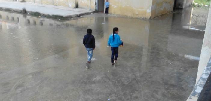 بالصور.. الصرف يُغرق مدرسة «عايزينو فرج» بالإسكندرية منذ سنوات دون حل