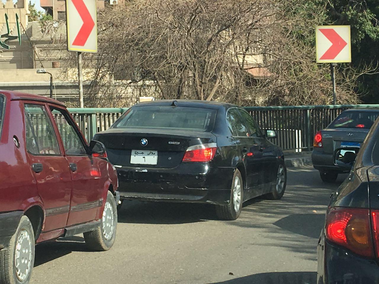 سيارة بلوحات معدنية مخالفة تتحرك بحرية على كوبري 15 مايو
