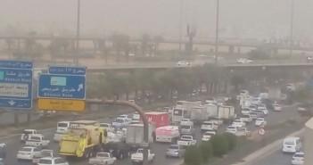 بالصور.. عواصف ترابية بالسعودية.. وضعف الرؤية في الرياض