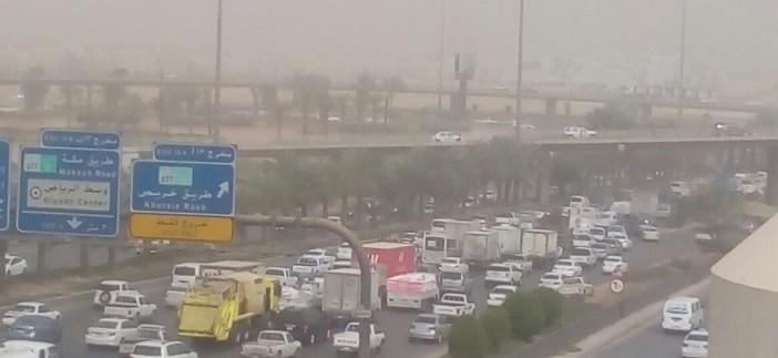 📷| بالصور.. عواصف ترابية بالسعودية.. وضعف الرؤية على طرق الرياض
