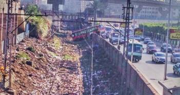 النهاردة التلات.. أتوبيس نقل عام يخترق سور الترام قرب مترو الدمرداش