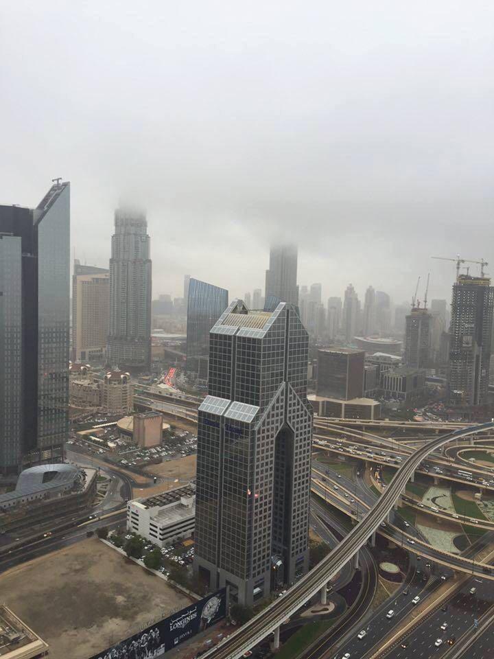 أمطار غزيرة في الإمارات.. والسحب تغطي برج خليفة