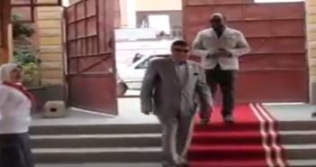 «سجادة حمراء» في استقبال مدير إدارة تعليمية بالفيوم تثير غضب مواطنين (فيديو)