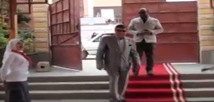 ▶استياء بالفيوم بعد استقبال مدير إدارة تعليمية على «سجادة حمراء» (فيديو)