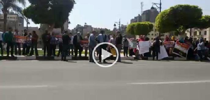 بالفيديو.. متقدمون لشقق الزواج الحديث يواصلون مظاهراتهم أمام ديوان «القاهرة»