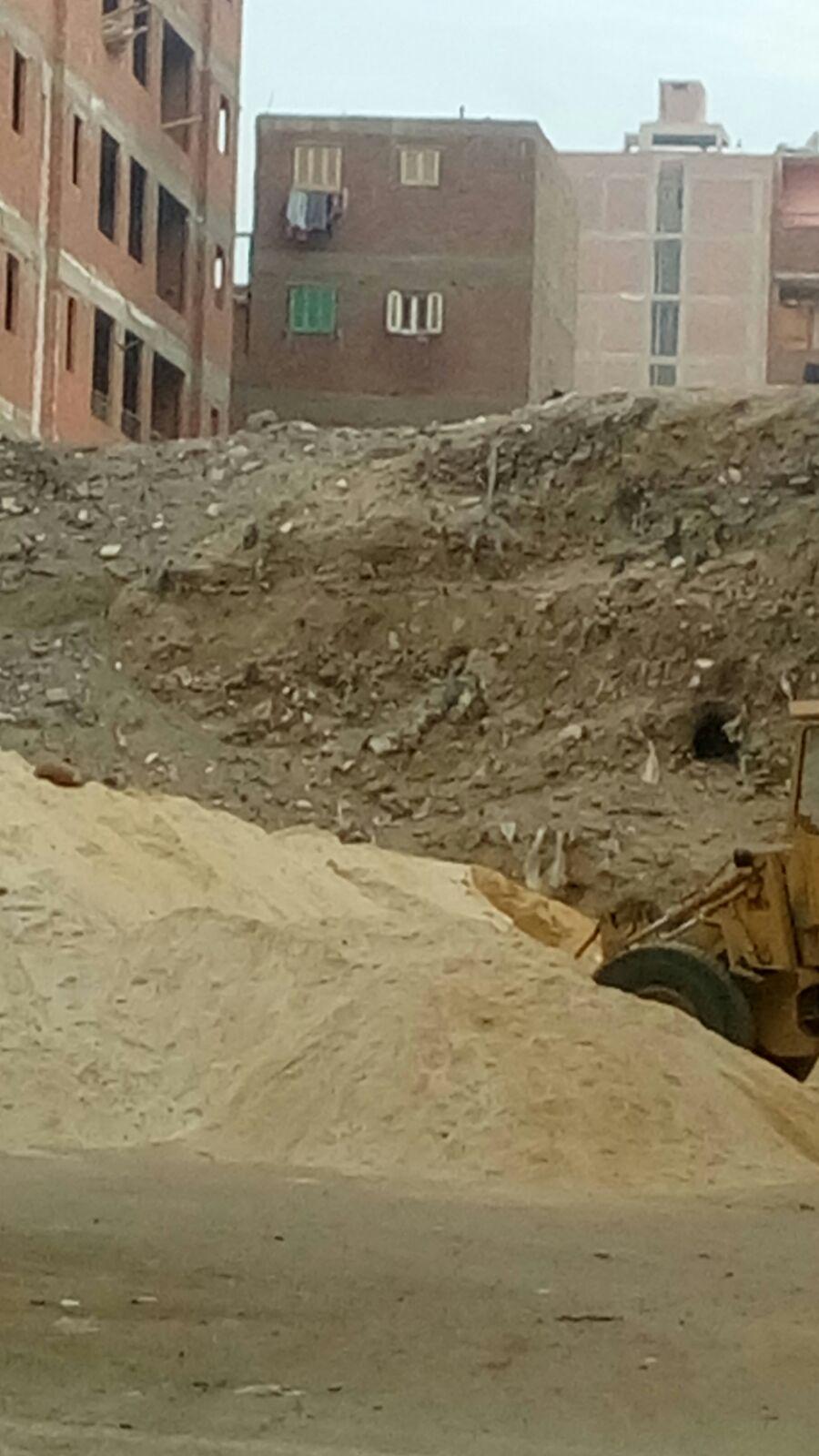 تفاقم مشكلة القمامة والصرف في أحد شوارع البساتين