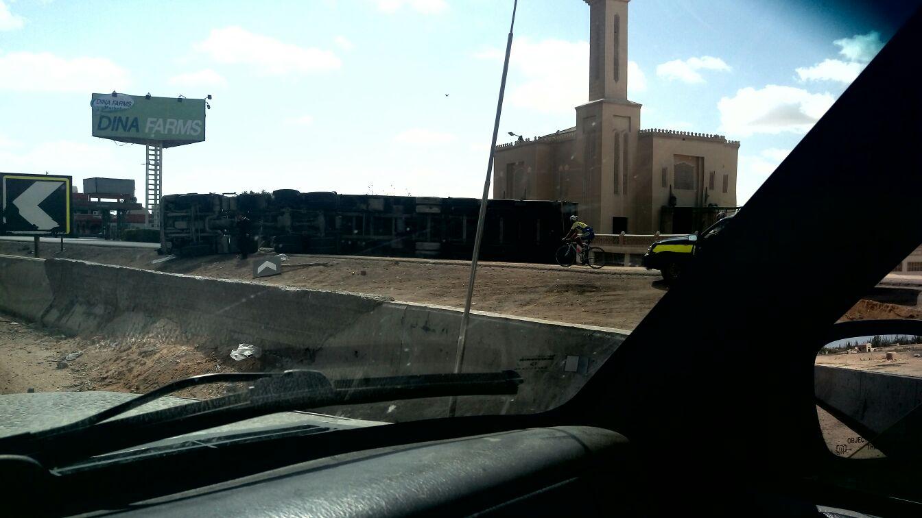 انقلاب سيارة نقل في الكيلو 80 عَ الصحراوي