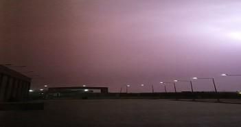 البرق يحول ليل المنطقة الصناعية بأكتوبر إلى نهار