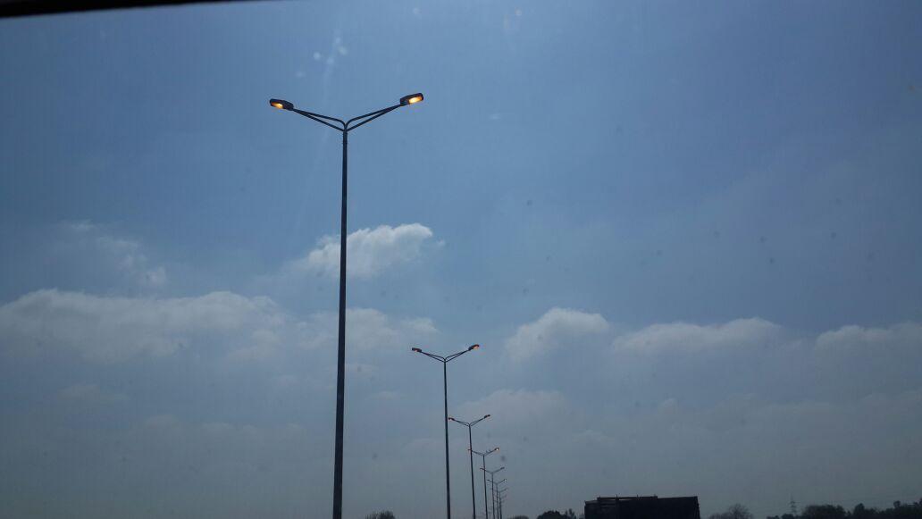 أعمدة إنارة مضاءة في وقت النهار عَ القاهرة ـ الإسكندرية الزراعي