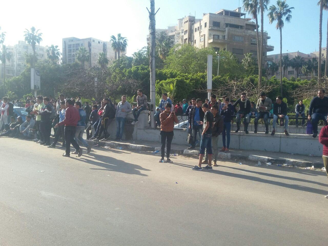 زحف جماهيري على ستاد الإسكندرية للفوز بتذكرة حضور مباراة مصر ونيجيريا