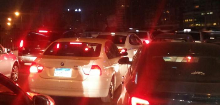 📷| بالصور.. موكب رسمي يشُل حركة المرور على كوبري أكتوبر