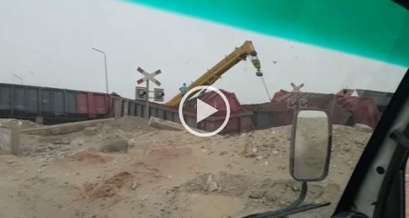 ▶ فيديو.. انقلاب قطار دهشور للبضائع.. ولحظة رفعه عن القضبان