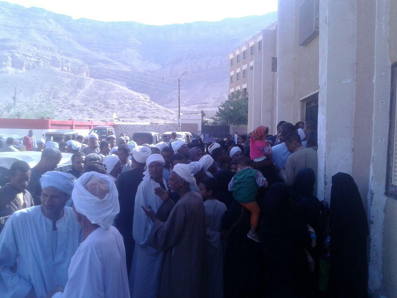 مواطنون بسوهاج يشكون طلب موظفي الشؤون الاجتماعية رسومًا لصرف الإعانات