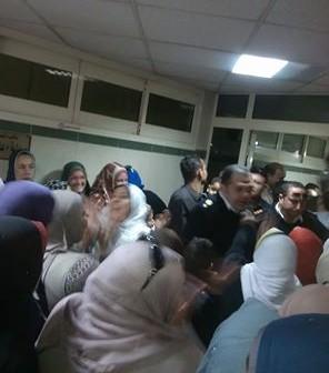 فيديو| تواصل احتجاجات العاملين بمستشفى مدينة نصر للتأمين الصحي: «مش هنمشي»