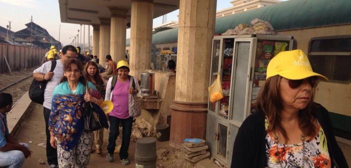 صور| بين الأحجار والتراب.. طريق السياح والمواطنين في محطة قطارات الأقصر