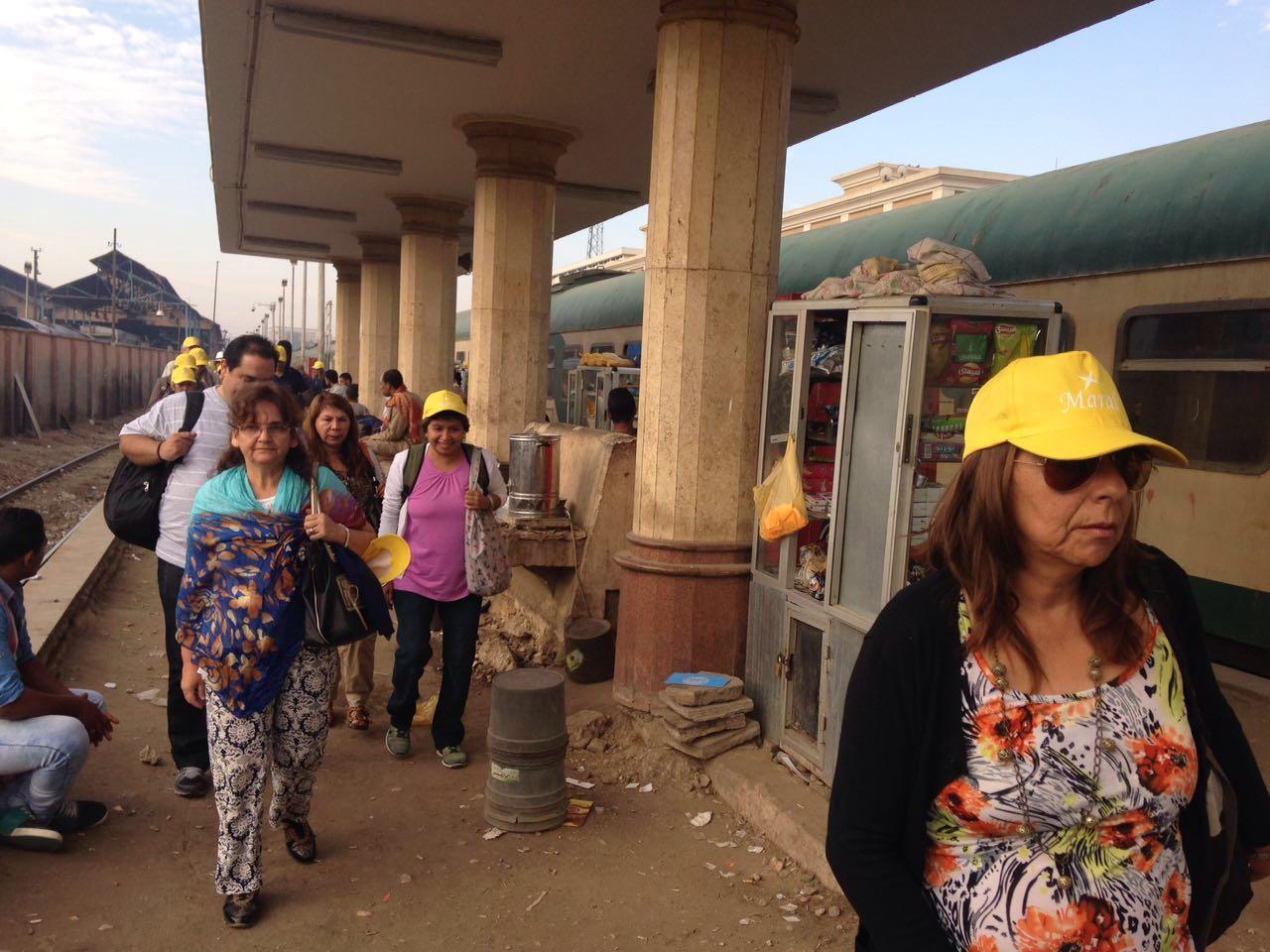 صور| هكذا يبدو طريق السائحين على رصيف محطة قطارات الأقصر