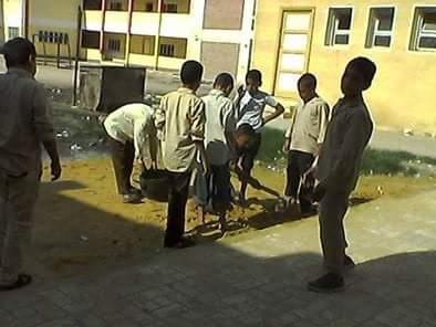 📷 طلاب يكنسون مدرسة بكفر الشيخ.. ومواطن: هكذا تسير العملية التعليمية