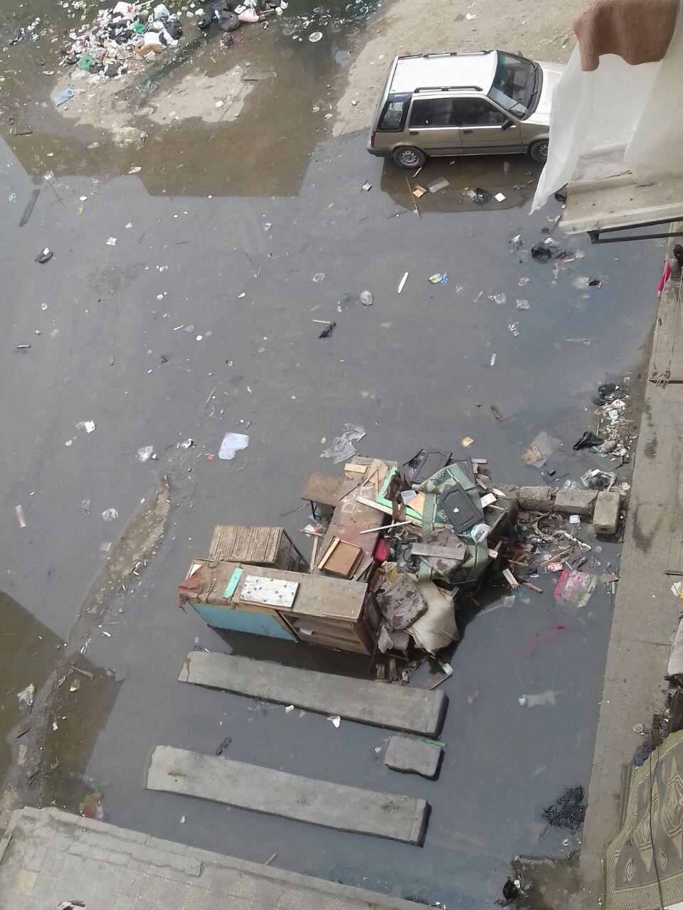 صور| غرق منطقة «مساكن النصر» في بورسعيد في الصرف والقمامة