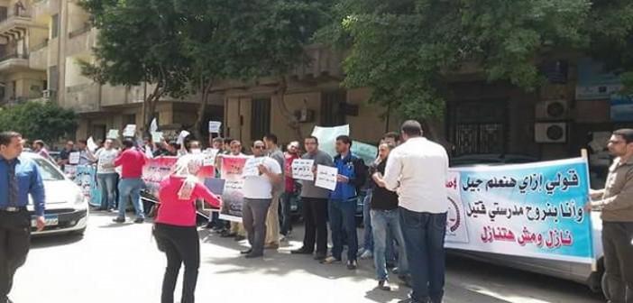 بالصور.. وقفة احتجاجية للمعلمين المغتربين أمام مجلس الوزراء: رجعونا كلنا
