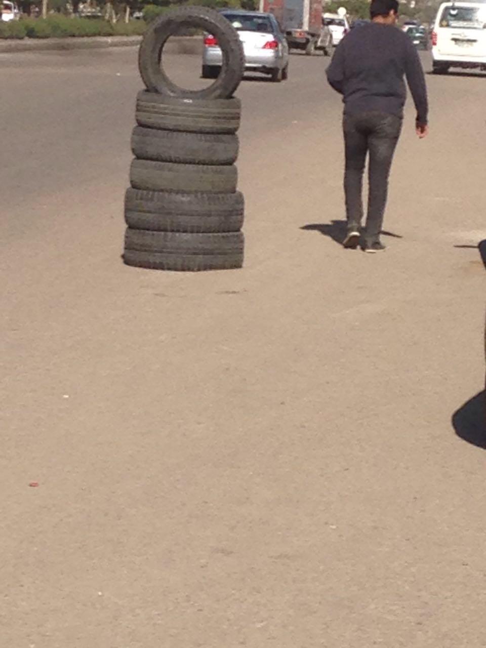 في «ذاكر حسين» بمدينة نصر.. ورشة تضع الكاوتش بمنتصف الشارع