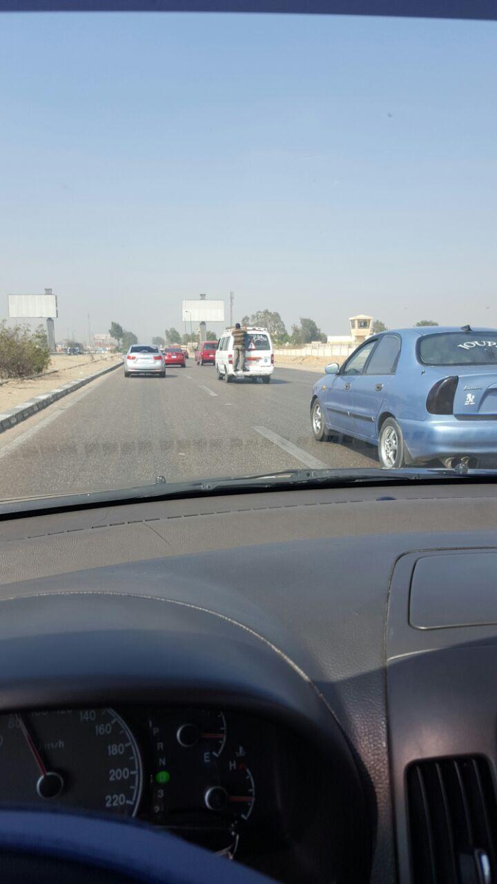 صور| راكب «متشعلق» في ميكروباص على صحراوي العاشر من رمضان