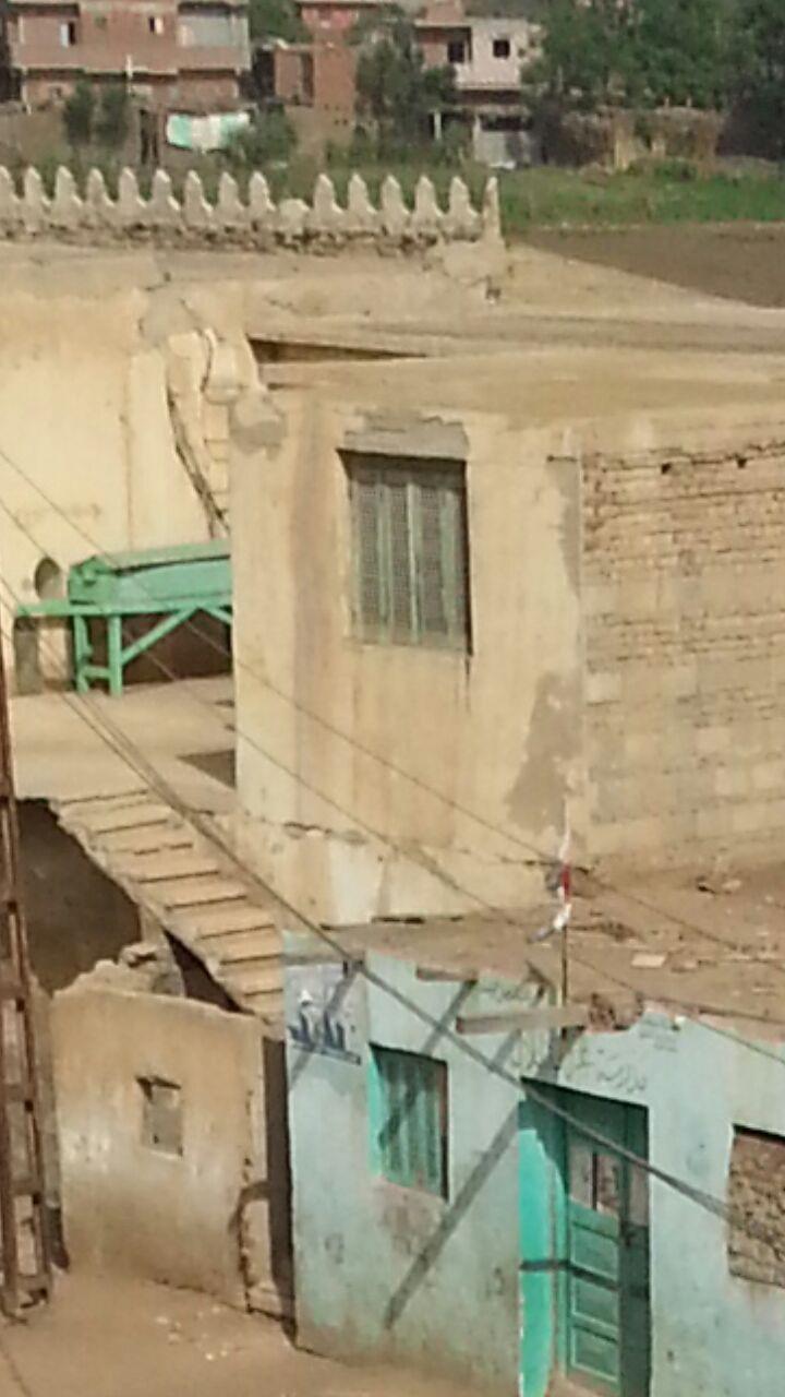 الاسم مدرسة.. طلاب بالمنوفية يدرسون في «عشة فراخ»