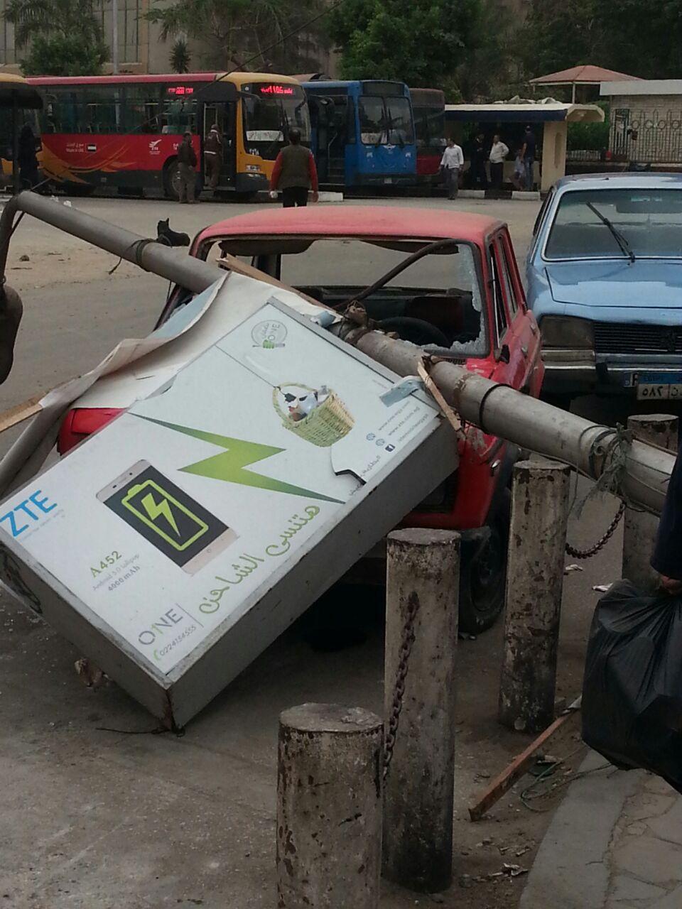 عمود إنارة يحطم سيارة في ميدان العباسية (صور)