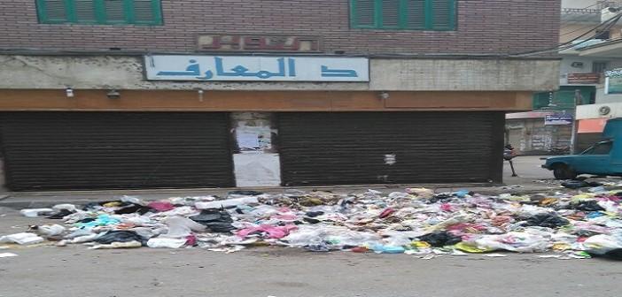 القمامة تحاصر مكتبة دار المعارف بالزقازيق