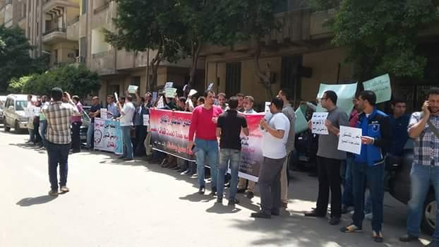 بالصور.. وقفة لمعلمين أمام مجلس الوزراء للمطالبة بعودتهم لمحافظاتهم: رجعونا كلنا