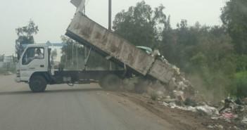 بالصور.. سيارات مدينة السرو تتخلص من القمامة بإفراغها في إحدى قرى دمياط