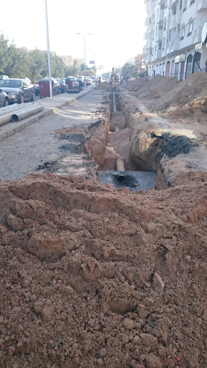 مواطن يرصد الارتباك في تنفيذ مشروعات البنية التحتية بالغردقة