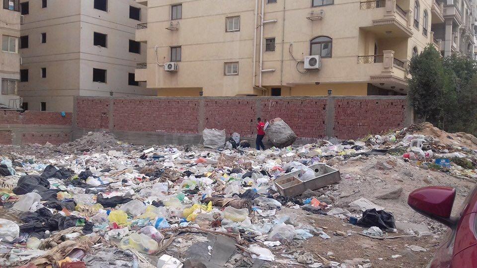 غرق شارع منير ثابت بالنزهة الجديدة في تجمعات القمامة (صور)