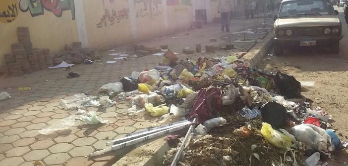 📷| قمامة ومخلفات على أسوار مدرسة سنَان بحي الزيتون