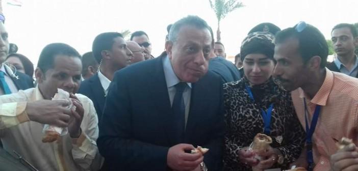 صور| محافظ الجيزة يأكل على سيارة في احتفال العيد القومي بالشيخ زويد