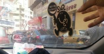 سيارة تتحرك بحرية في شوارع الزقازيق بلوحات معدنية مطموسة