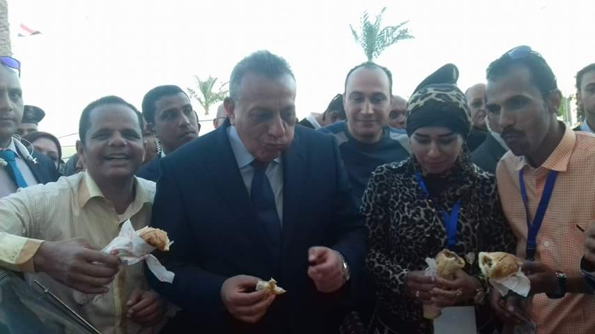 محافظ الجيزة يأكل على سيارة بالشيخ زويد خلال احتفال العيد القومي