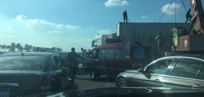 📷| بالصور.. انقلاب حاوية عملاقة عَ الصحراوي في اتجاه الإسكندرية
